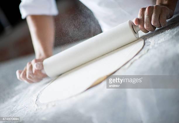 Bäcker Teig kneten Teig mit Nudelholz