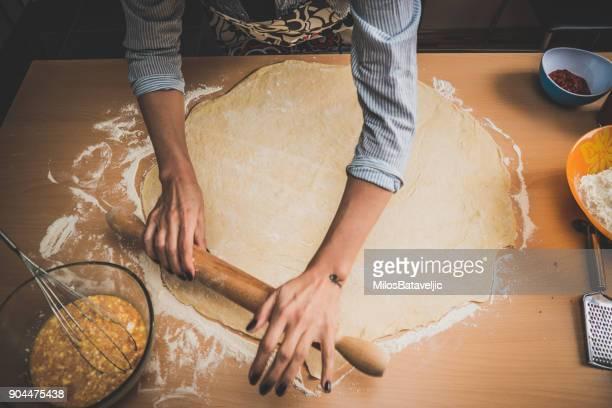 baker こねる生地、ロールピン - ペストリー生地 ストックフォトと画像