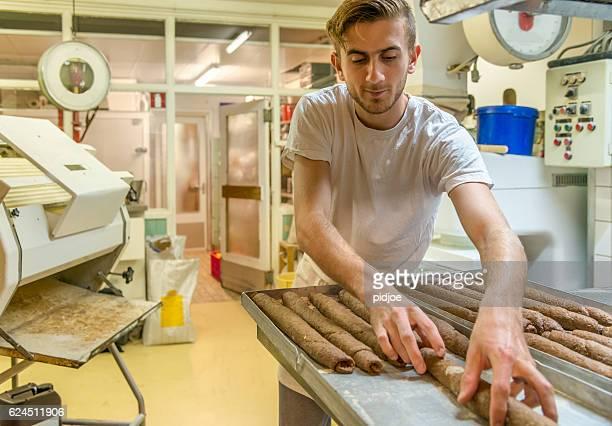 Baker la baguette française durant le matin.