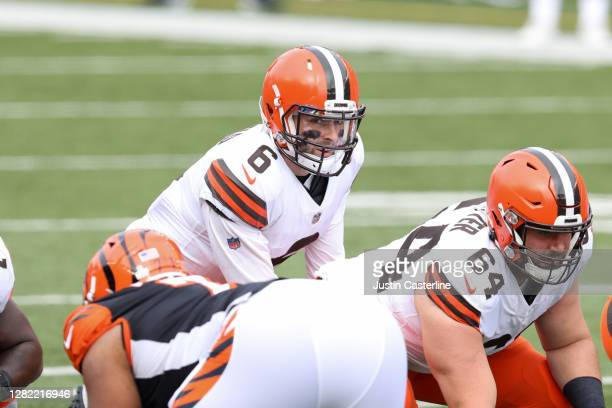 Baker Mayfield of the Cleveland Browns snaps the ball in the game against the Cincinnati Bengals during the fourth quarter at Paul Brown Stadium on...