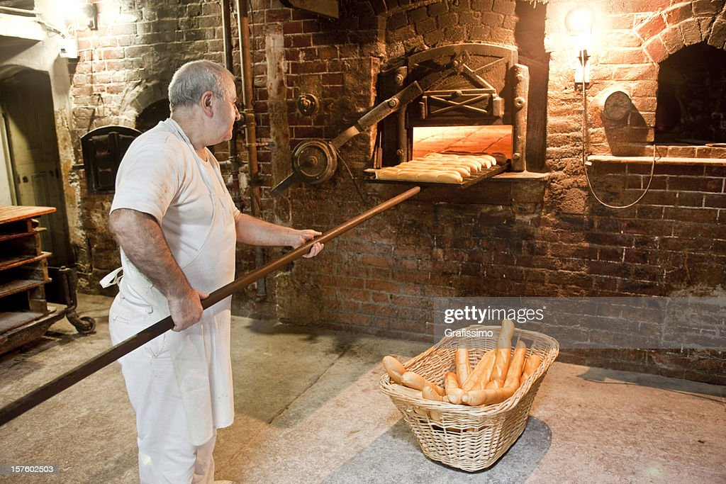 Baker profitant du four à pain boulangerie antique : Photo
