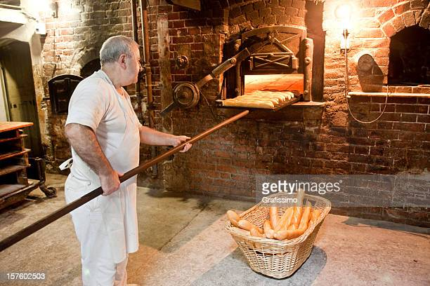 Baker profitant du four à pain boulangerie antique