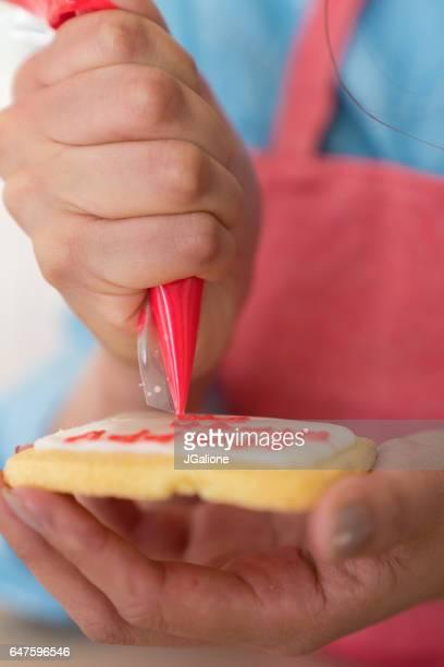 パン クッキーで幸せな誕生日を書く