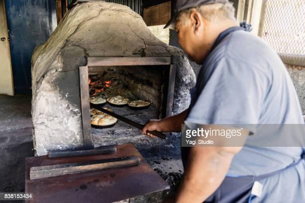 窯でパンを焼くパン屋のオーナーカマヤヤ