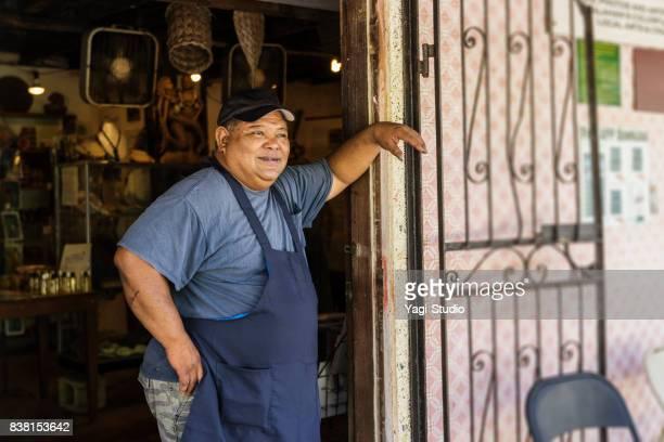 dono de padaria posando com sorriso - pequeno - fotografias e filmes do acervo