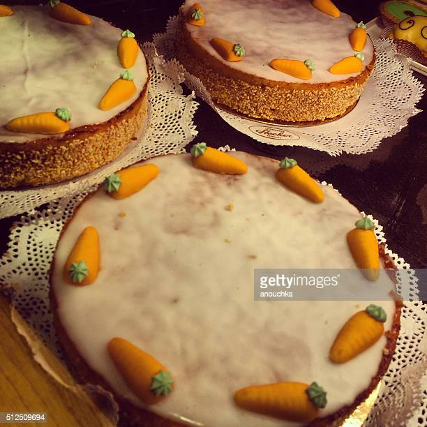 bakery window display in zurich, switzerland - carrot cake stock pictures, royalty-free photos & images