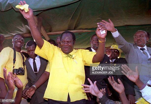 Bakili Muluzi leader of the Malawi United Democratic Front opposition party waves to supporters 14 May 1994 campaigning for Tuesday's presidential...