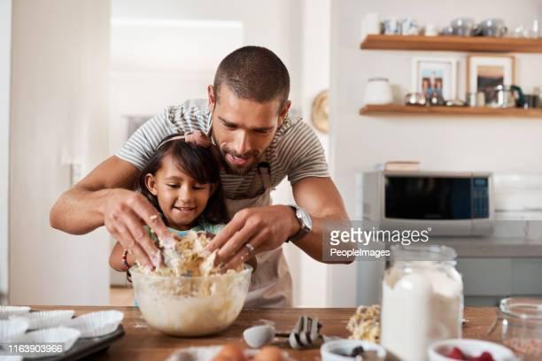baking traz para fora o artista em todos nós - filha - fotografias e filmes do acervo