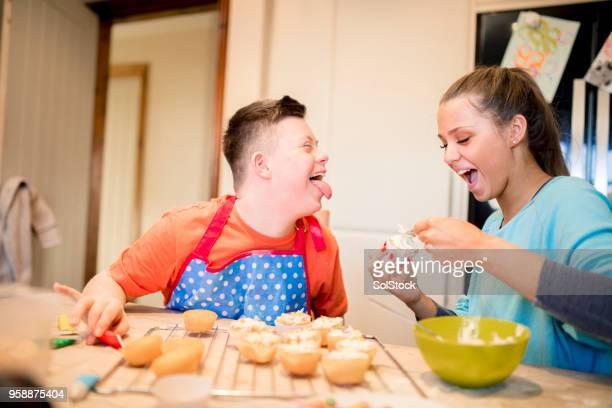 taarten bakken - handicap stockfoto's en -beelden