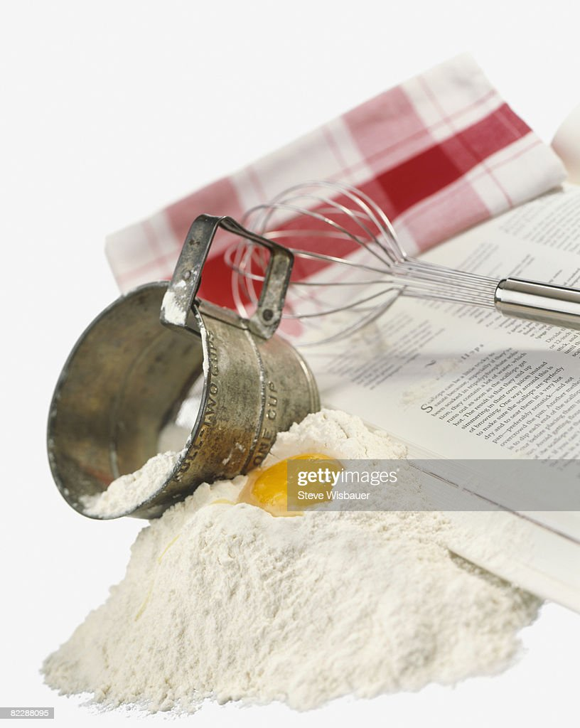 Baking tools and ingredients, egg, flower, whisk : Stockfoto