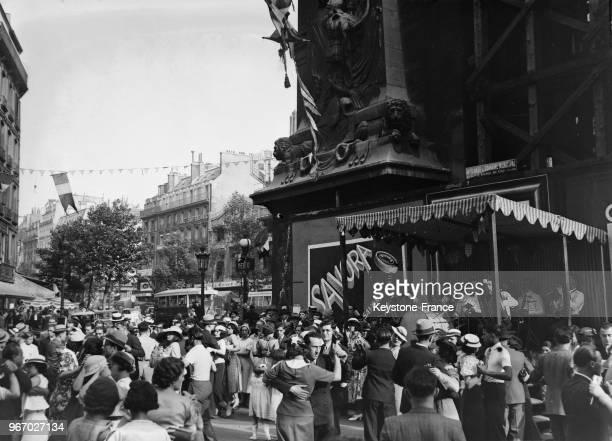 Bal du 14 juillet dans les rues de Paris France le 14 juillet 1935