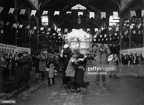 Bal lors de la fête du muguet organisée par les 'Forts' des halles dans les halles de Paris France circa 1930