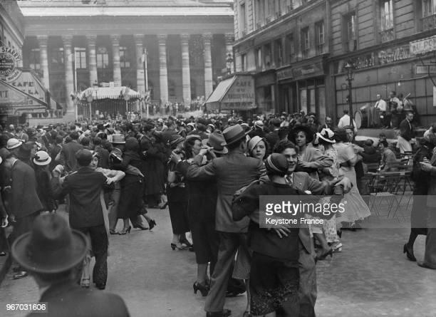 Bal populaire place de la Bourse à Paris France le 14 juillet 1933