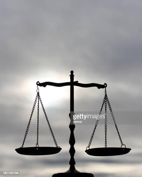 Balance-Waage mit Grauer Himmel
