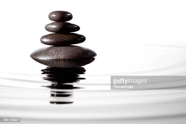 Ausgewogene schwarzen Steinen im Wasser-Feng-Shui-La Stone-Massage