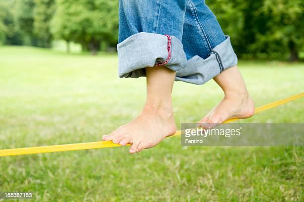 裸足に Slackline のバランスを整えます。