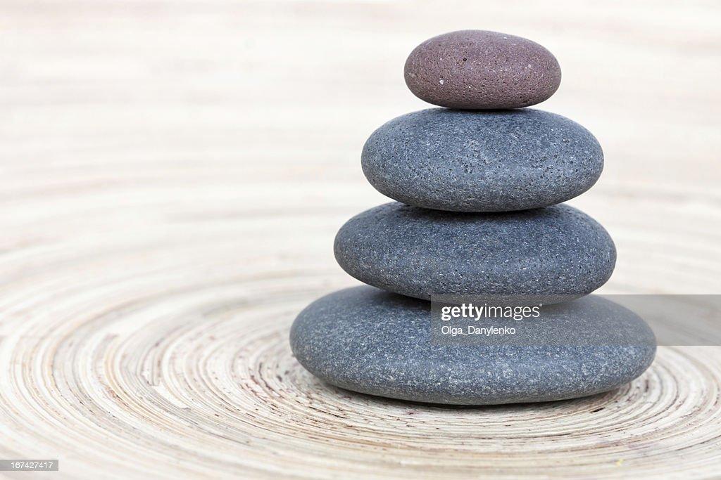 Balancing von Kiesel auf hölzernen Hintergrund : Stock-Foto