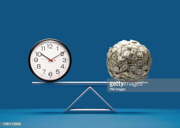 balancing time and money - finance et économie photos et images de collection
