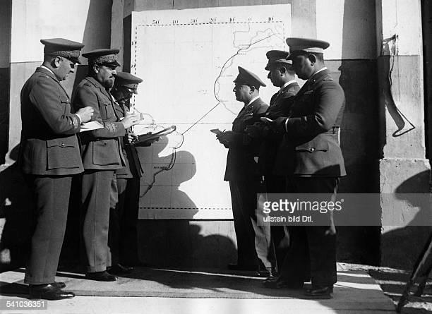 Balbo Italo *05061896Offizier und Politiker I als Luftfahrtminister bei einerBesprechung mit seinen Mitarbeitern vordem Start zum ersten...