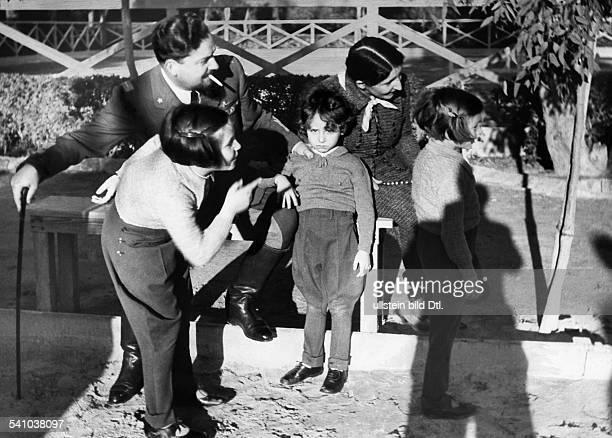 Balbo Italo *05061896Offizier und Politiker I als Generalgouverneur von Libyen mitseiner Ehefrau Emanuela sowie denKindern Giuliana Paolo und Valeria...