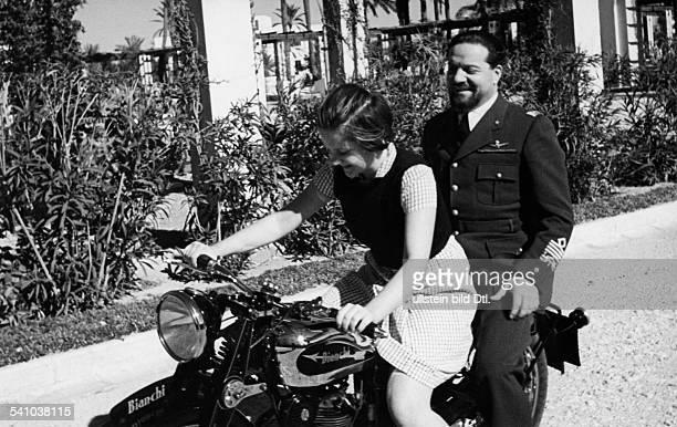 Balbo Italo *05061896Offizier und Politiker I als Generalgouverneur von Libyen mit seiner Tochter Giuliana auf dem Motorrad 1939