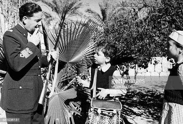 Balbo Italo *05061896Offizier und Politiker I als Generalgouverneur von Libyen mit seinem Sohn Paolo beim ersten SchiessUnterricht rechts...