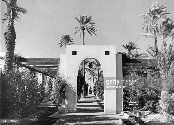 Balbo Italo *05061896Offizier und Politiker I der Wohnsitz des Generalgouverneursvon Libyen in Tripolis Partie im Parkdes `Palazzino' mit Säulengang...