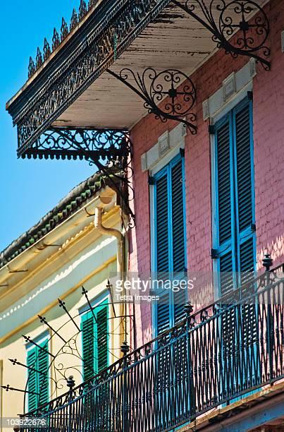 balconies on building in the french quarter of new orleans - barrio francés fotografías e imágenes de stock