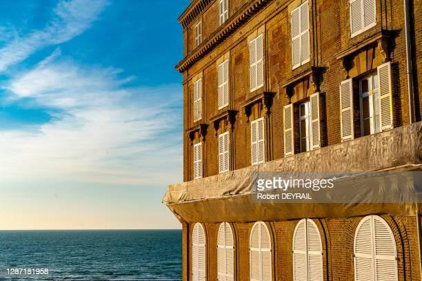 Balcons et vue sur la mer de l'Hôtel les Roches Noires, le 7 mai 2016, à Trouville, France.