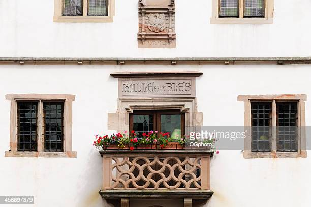 balkon und fenstern auf die alte corn exchange, obernai, frankreich - ogphoto stock-fotos und bilder
