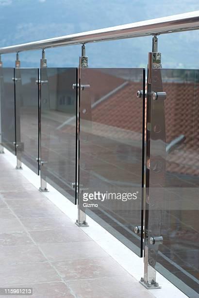 balcony chrome handrail - veiligheidshek stockfoto's en -beelden