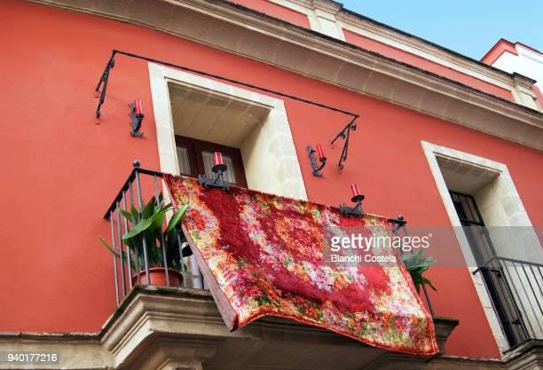 balcony decorated for easter in jerez de la frontera - karwoche stock-fotos und bilder