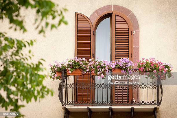 Balkon mit Blumen.