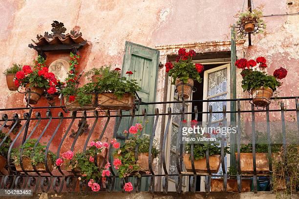 Balkon mit Blumen. Torri del Benaco, zum Gardasee, Italien
