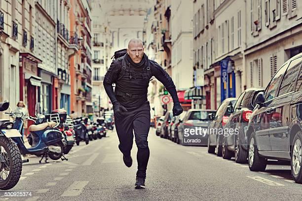 Glatze weißer Mann Joggen in Schwarz in Paris Straße