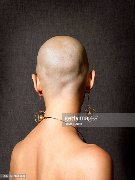 bald woman with dangling earrings, close-up, rear view - cabeça raspada imagens e fotografias de stock