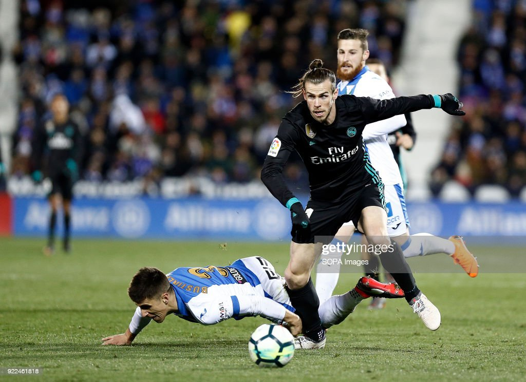 Bale (Real Madrid) competes for the ball with Bustinza of... : News Photo