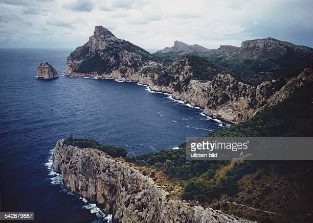 Baleareninsel Mallorca die Halbinsel Formentor mit dem Kap Formentor an der Nordspitze der Insel Die felsige Region deren Bergrücken teilweise...