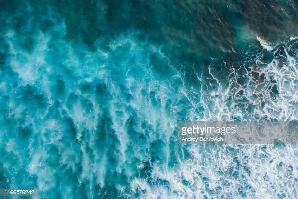 bali, toma aérea de la superficie turquesa del océano con olas. - ola fotografías e imágenes de stock