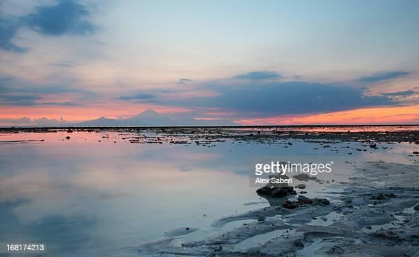 bali and mount agung at sunset from gili trawangan. - alex saberi fotografías e imágenes de stock
