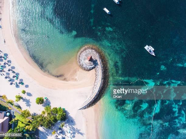 costa de bali con una vista aérea del espigón figurativo - bali fotografías e imágenes de stock