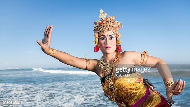 fêmea tradicional dança em bali fantasia do mar azul - linda rama imagens e fotografias de stock