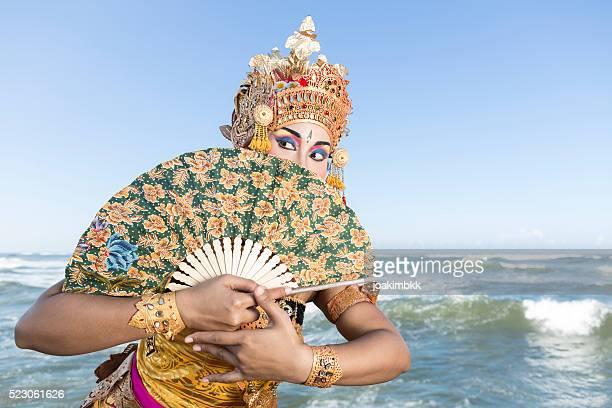 tradicional dança em bali mulher fantasia com ventoinha na praia - linda rama imagens e fotografias de stock