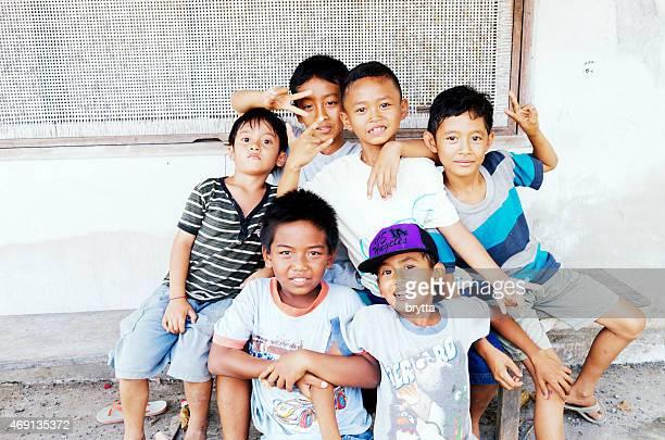 BALINÉS niños divirtiéndose mientras mirando a la cámara