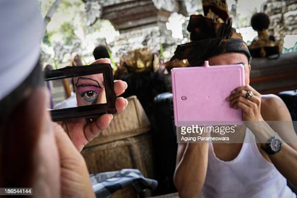 Balinese dancer prepares to perform the classical Gambuh dance during the Royal cremation ceremony on November 1 2013 in Ubud Bali Indonesia Tjokorda...