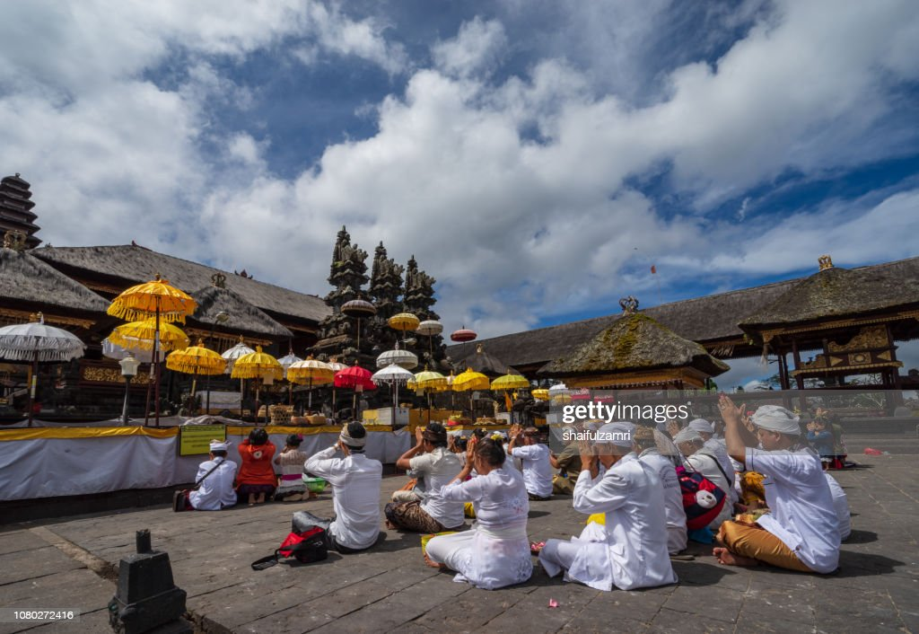 Balinese people praying in a temple Pura Besakih, Bali, Indonesia. : Stock Photo