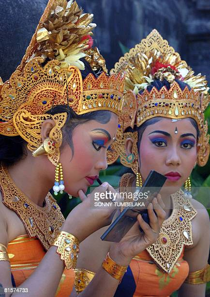 Balinese woman applies makeup during the 30th annual Bali Art Festival in Denpasar, on Bali island on June 14, 2008. Indonesian President Susilo...