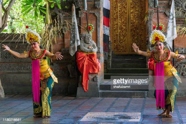 balinese woman's perform a dance-drama took stories from the episodes of barongan epic. - shaifulzamri stockfoto's en -beelden