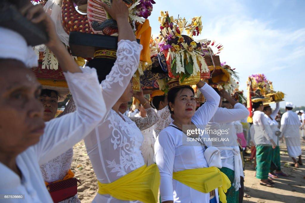INDONESIA-RELIGION-HINDU-MELASTI : News Photo