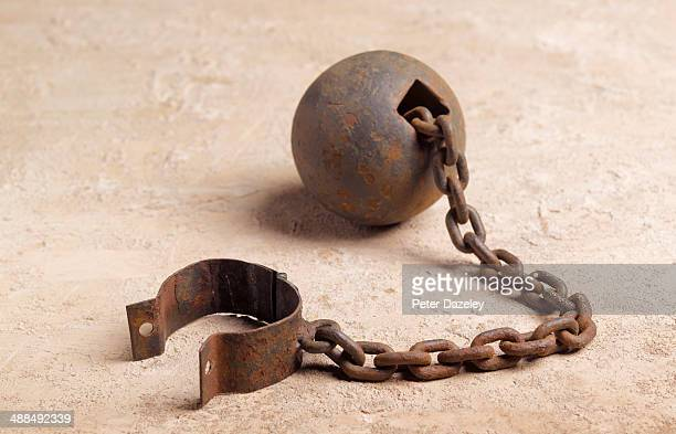 ball and chain landscape - esclavage photos et images de collection